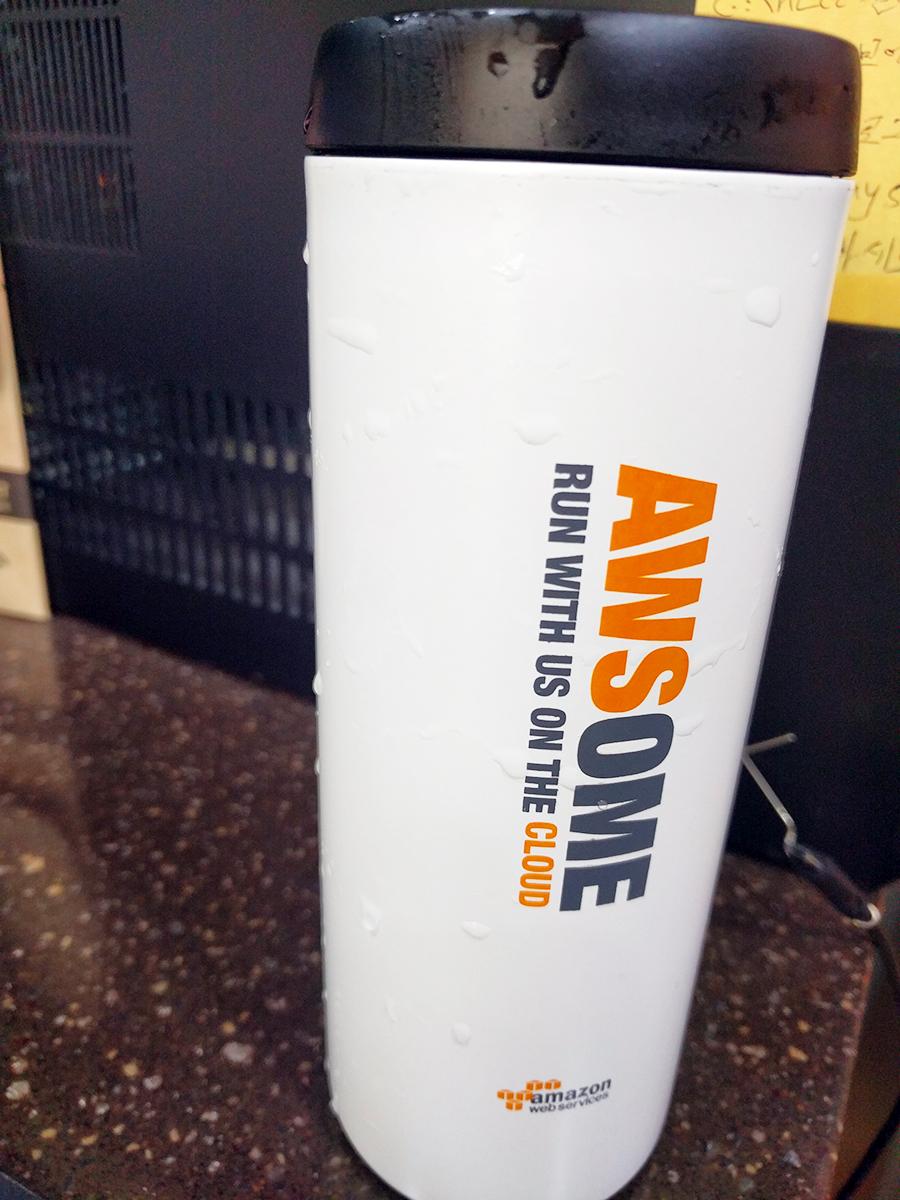 [ 설문 후 제공된 텀블러입니다. AWS의 로고와 색으로 구성된 예쁜 텀블러였습니다. ]