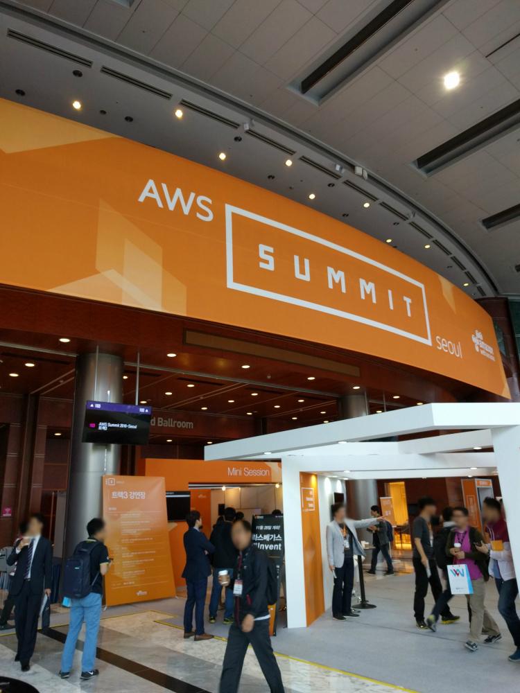 [ AWS Summit 1층 전경. 부스도 많았고 강연도 다양하게 진행되었습니다. ]